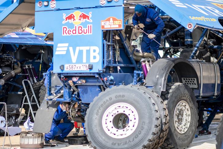 Фото №5 - «Осторожно, низколетящие грузовики!»: на что способен гоночный КАМАЗ