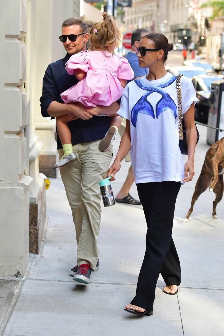 Фото №2 - Семейная идиллия: Ирина Шейк и Брэдли Купер на прогулке с дочерью
