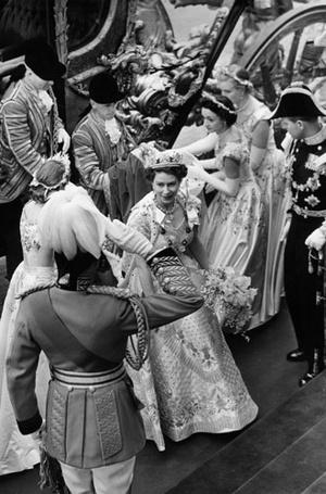 Фото №3 - История самого известного коронационного платья Елизаветы II
