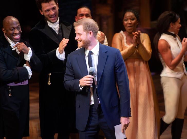 Фото №11 - Новый выход: Меган Маркл (в мини) и принц Гарри посетили рэп-мюзикл