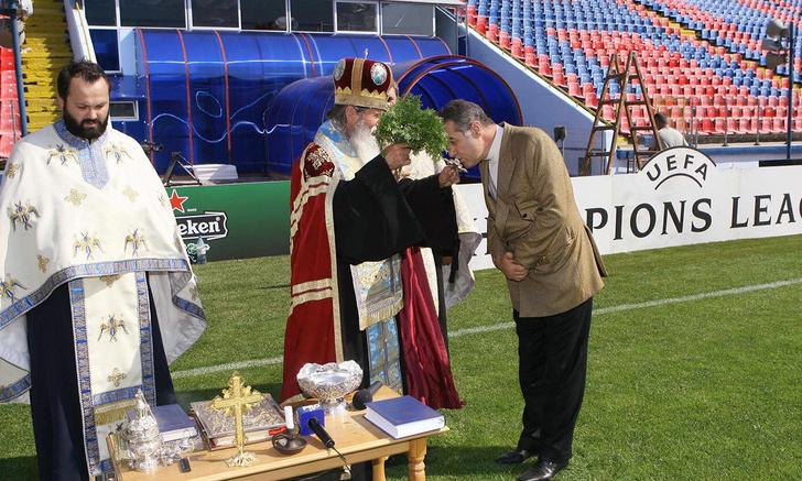 Фото №1 - Российским футболистам посоветовали назначить духовника