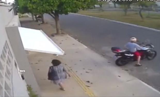 Фото №1 - Похищение случайной прохожей дверью гаража попало на видео