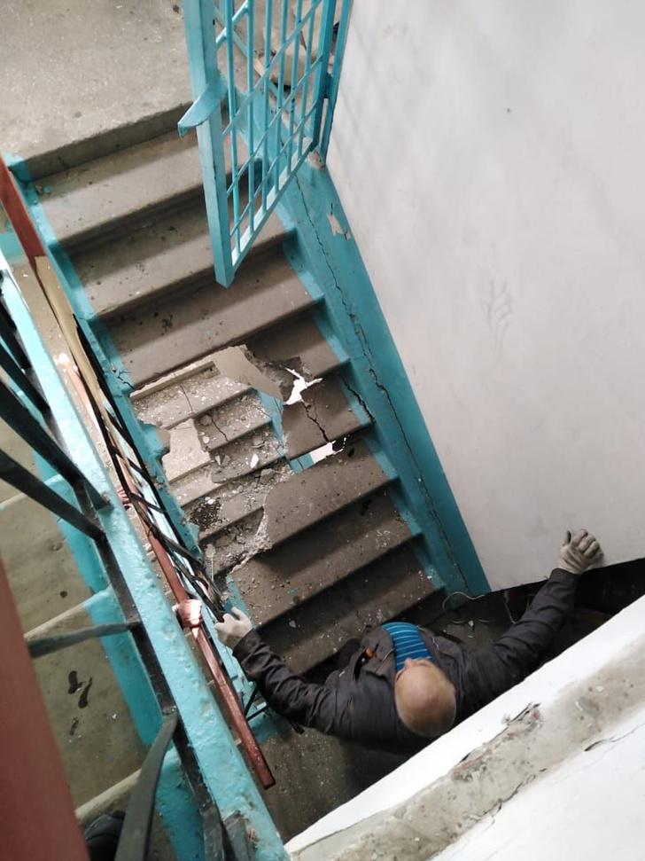 Фото №2 - На Урале во время ремонта лифта случайно сломали два лестничных пролета (фото)