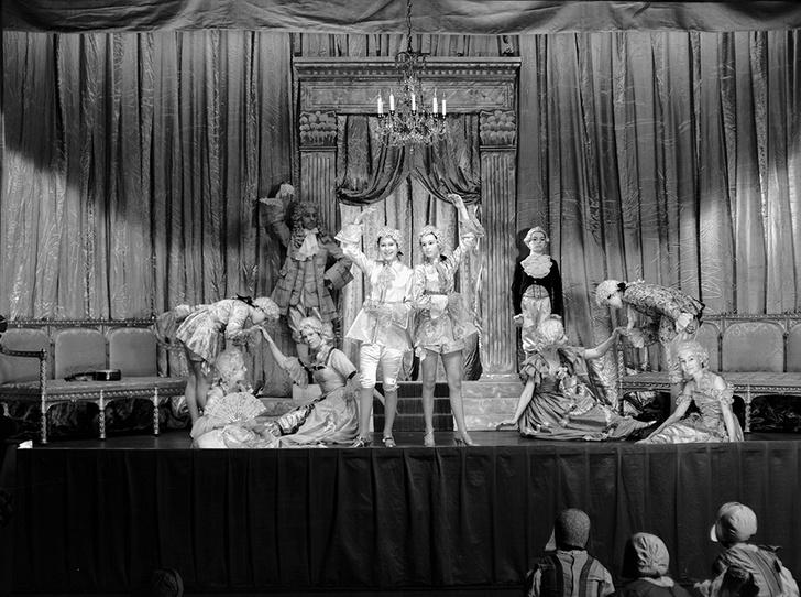 Фото №14 - Рождественский театр Виндзоров: как принцессы Елизавета и Маргарет поднимали боевой дух нации