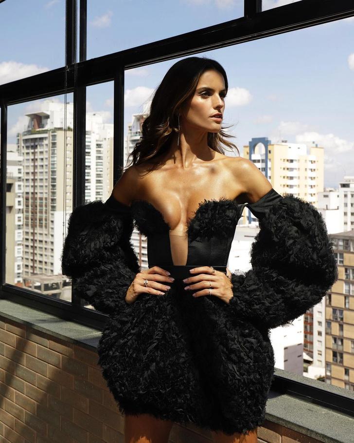 Фото №3 - Маленькое черное платье с большим декольте: провокационный образ Изабель Гулар