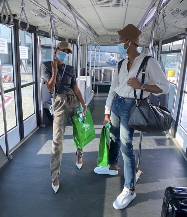 Фото №1 - Спортивные брюки + белоснежные лодочки: в чем путешествует Тина Кунаки?