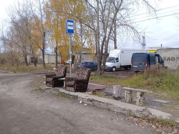 Фото №2 - Жители Дзержинска сами сделали себе автобусную остановку бизнес-класса