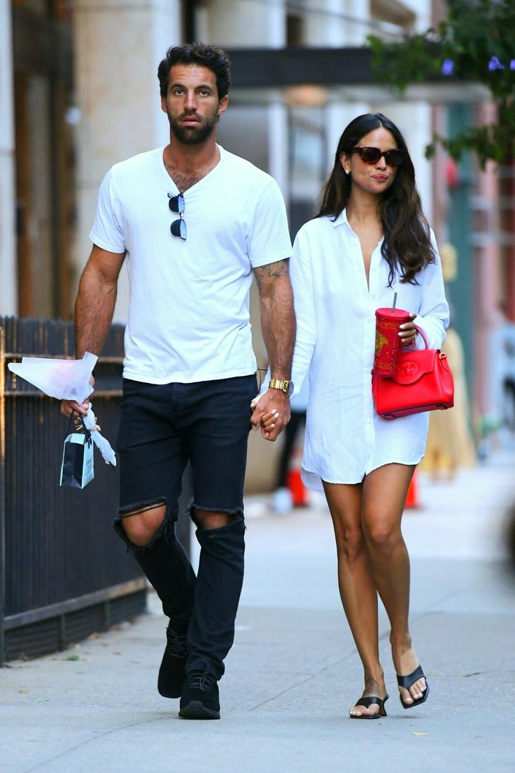 Фото №2 - Белая рубашка поверх обнаженного тела и очень яркая сумка: в чем ходит на свидания Эйса Гонсалес