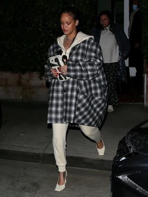 Рианна показала пальто, которое вы точно не захотите носить