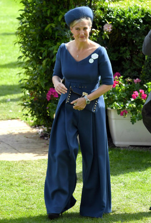 Фото №8 - В новом статусе: как стиль «любимой невестки Королевы» изменился за последний год