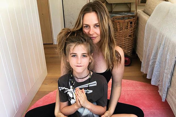 Фото №1 - 9-летний сын Алисии Сильверстоун отращивает волосы до пояса, хотя над ним смеются