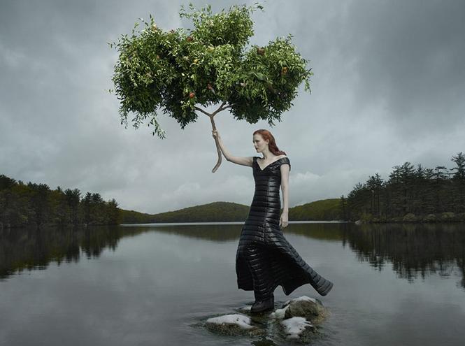 Фото №1 - Сюрреалистическая фантазия от Энни Лейбовиц и Moncler