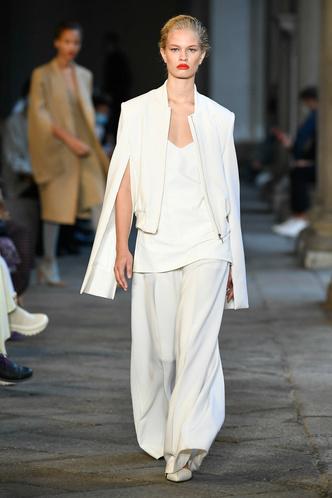 Фото №4 - Идеально скроенные пальто, самые стильные тренчи и брючные костюмы на показе Max Mara