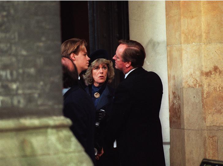 Фото №2 - Сводный брат Их Высочеств: как сложились отношения Гарри и Уильяма с сыном Камиллы
