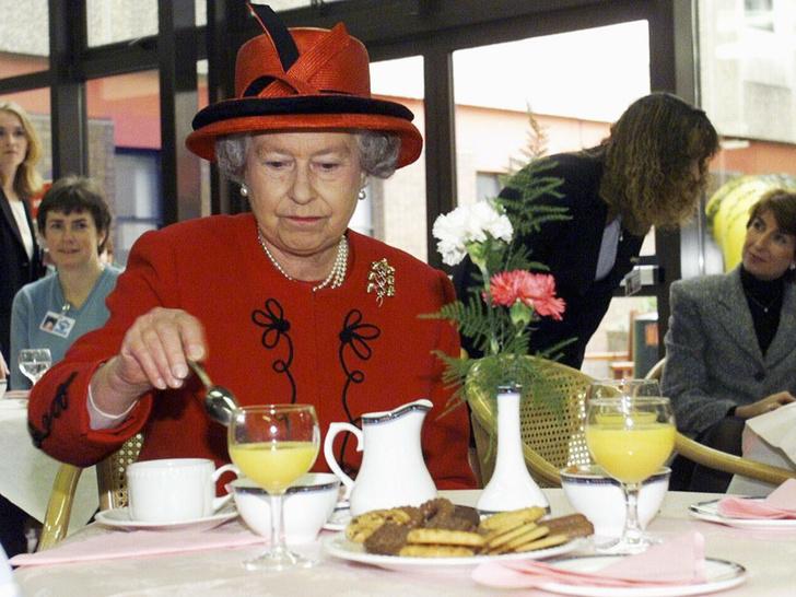 Фото №2 - Тайные знаки: как Ее Величество сообщает придворным, что нужно сменить блюдо