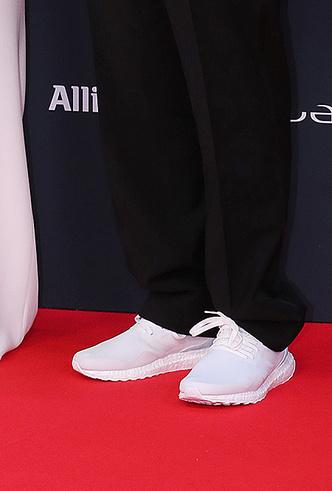 Фото №3 - Князь Монако Альбер II на вручение премии пришел в обычных белых кроссовках