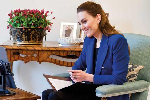 Фото №1 - Кейт Миддлтон в синем жакете Zara говорит о главном