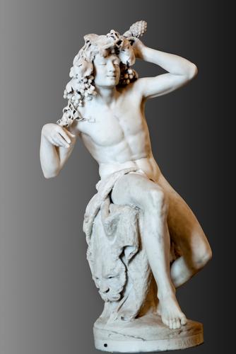shutterstockПраздники древних эллинов зачастую посвящались богам земледелия. В числе 12 олимпийских богов был Дионис — бог земли, растительности и виноделия. В честь этого бога в Элладе праздновались Великие, или городские, Диониссии — дни веселья, сопровождаемые музыкой, пением, а также состязаниями поэтов и хоров. Осенью праздновались Малые, или сельские, Диониссии — дни сбора винограда. С возвышения актер, изображавший Диониса, рассказывал в стихах о своей жизни, затем исчезал в стоящей позади палатке — скенэ (отсюда произошло слово «сцена»).