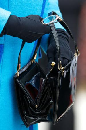 Фото №7 - Секреты дамской сумочки Елизаветы II: что Королева всегда носит с собой