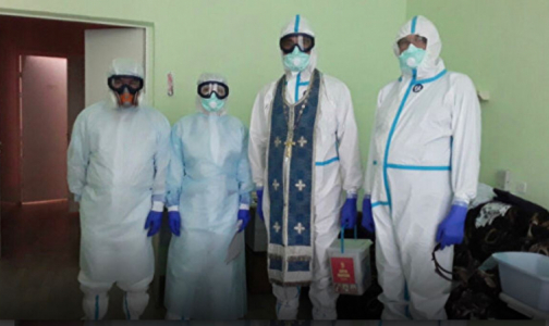 """Фото №1 - Священникам на Кубани выдали """"противоковидные"""" рясы для посещения пациентов с коронавирусом"""