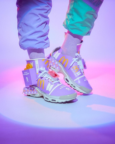 Фото №1 - Художник из Сингапура сделал кроссовки из упаковки BTS Meal. Получилось круто!