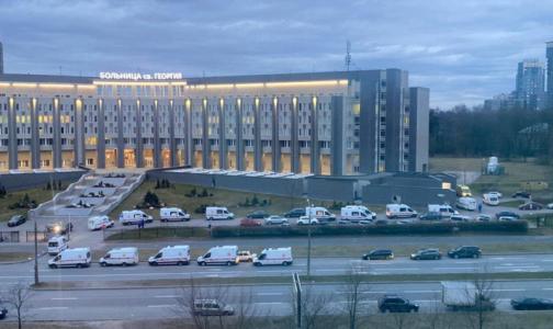 Фото №1 - В комздраве объяснили огромные очереди из скорых у петербургских больниц