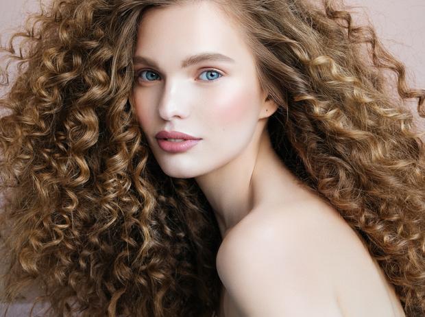 Фото №27 - 5 незаменимых средств для ухода за кудрявыми волосами