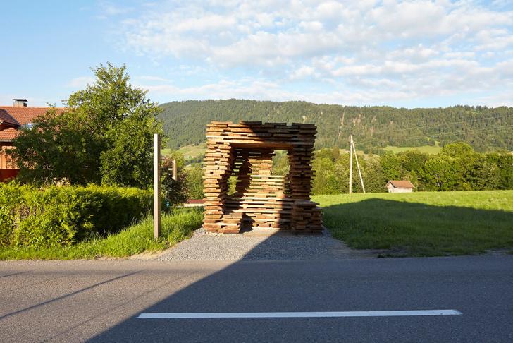 Фото №1 - Камень, сталь, бумага: 7 необычных автобусных остановок