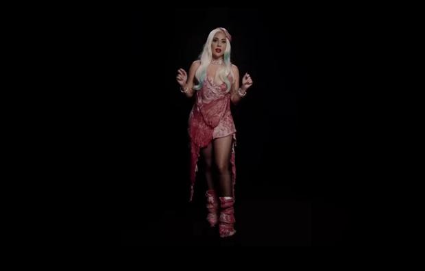 Фото №2 - Леди Гага вновь появилась в знаменитом мясном платье