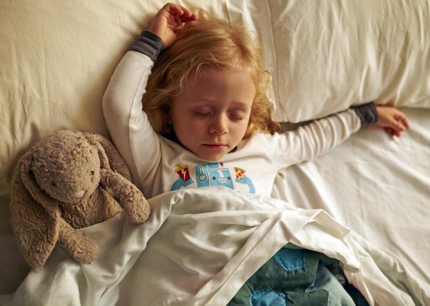 Фото №1 - Ребенок во сне скрипит зубами: что делать?