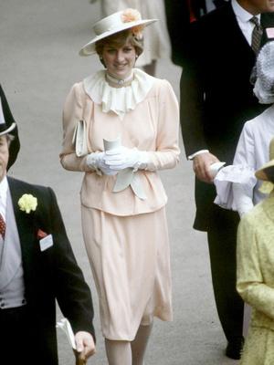 Фото №2 - От персикового до фуксии: как принцесса Диана носила розовый цвет (и почему он ей так шел)