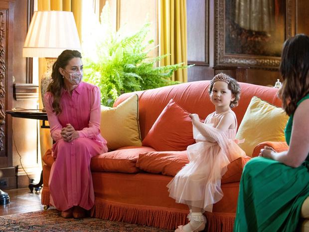 Фото №21 - Клетка, джинсы и костюмы: все наряды герцогини Кейт в туре по Шотландии
