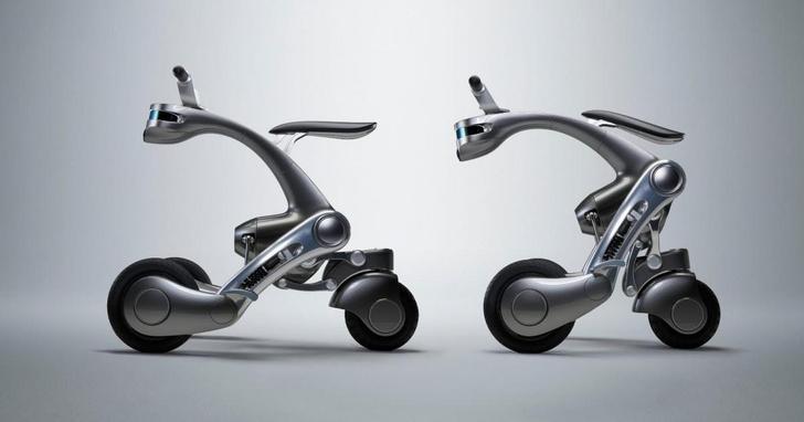 Фото №1 - Японские инженеры изобрели скутер, который двигается без водителя