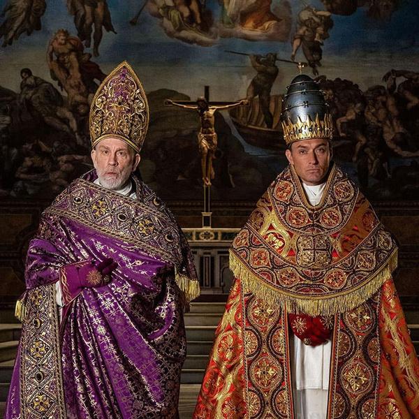 Фото №2 - Сутаны в кристаллах Swarovski и ателье «оскароносных» шляп: стиль в сериале «Новый папа»