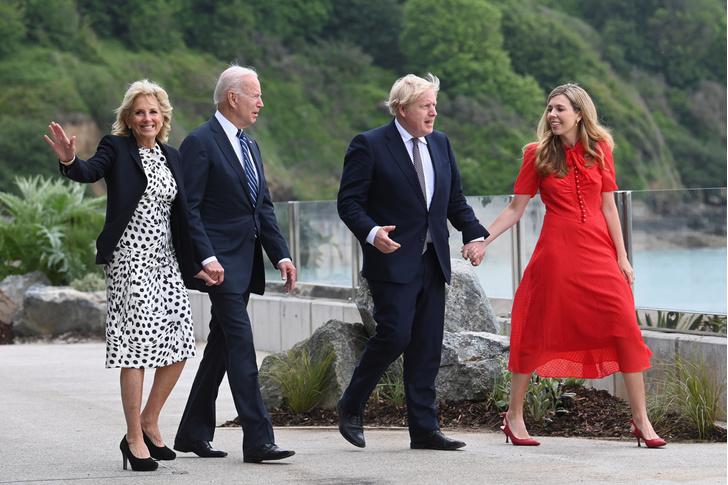 Фото №5 - Дамы в цвету: Елизавета II, Кейт и Камилла красиво вышли в свет