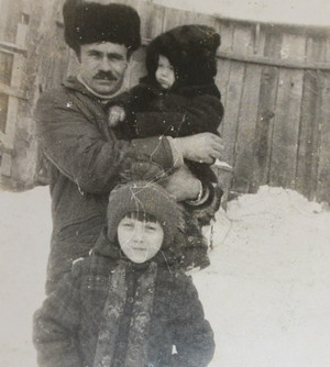 Отец Светланы с ней и младшим братом Алексеем