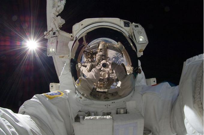 «Селфи на орбите» в исполнении японского астронавта Акихико Хосидэ