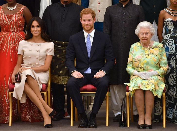 Фото №2 - «Расплата за дерзость»: Елизавета II намекнула на лишение титулов Гарри и Меган