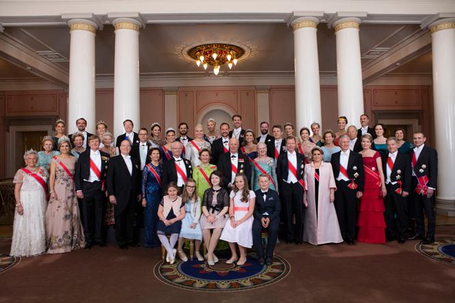 Фото №2 - Забавы королевского двора: самые интересные моменты юбилея Харальда и Сони