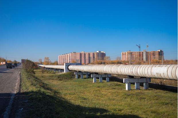 Живописный трубопровод тянется вдоль всего шоссе. Еще одно препятствие на пути в ЖК