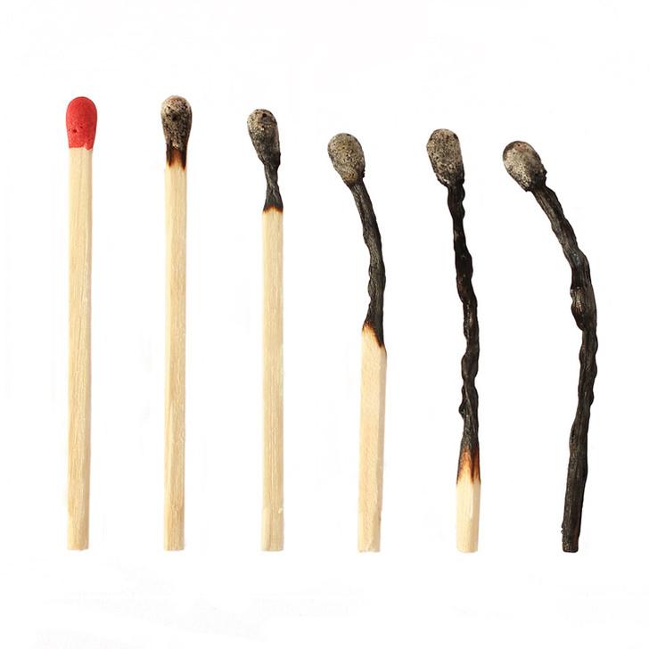 Shutterstock.comПри сгорании спичечной соломки большая часть древесины улетучивается в виде газов. А остаток, в котором содержатся длинные органические молекулы, съеживается под действием температуры, истончается и иногда искривляется из-за неоднородности дерева. Минеральная головка спички, сгорая, не меняется в объеме и превращается в шлак, пронизанный порами, через которые выходили продукты горения.