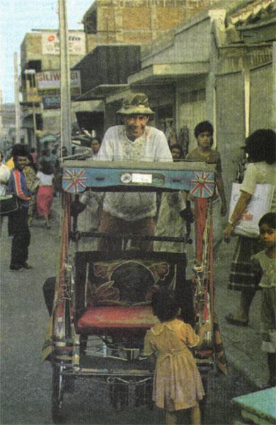Рикши-бечаки... Эти «живые моторы» пребывают в непрестанной конкуренции с автотранспортом и друг с другом. Непосильный труд рано уносит рикшу-бечака из жизни...