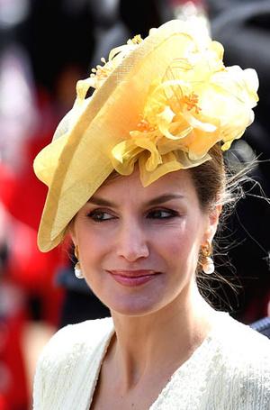 Фото №8 - Какие головные уборы носит королева Летиция