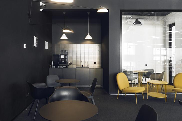 Фото №1 - Офис в черно-желтой гамме в Москве