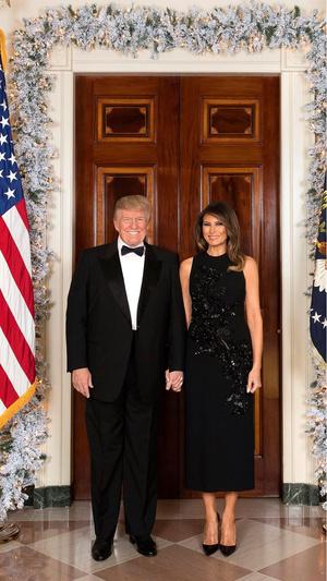 Фото №2 - Финальный аккорд: как выглядит последний рождественский портрет Мелании и Дональда Трампов