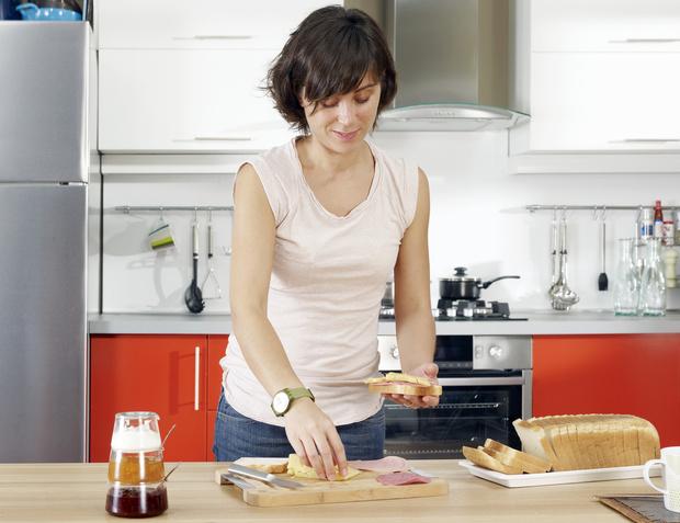 Фото №1 - В сети осудили маму, которая за час готовит детям еду на месяц вперед