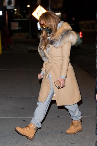 Фото №3 - Пальто с лисьим воротником и тимберленды со стразами: блистательная Дженнифер Лопес вернулась в Нью-Йорк