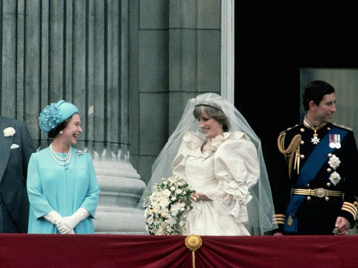 Фото №2 - Особые отношения: как Диана обращалась к Королеве (и почему Меган и Кейт не могут так делать)
