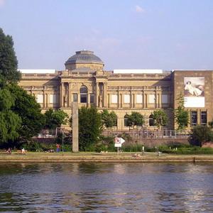 Фото №1 - Банк поделился картинами с музеем