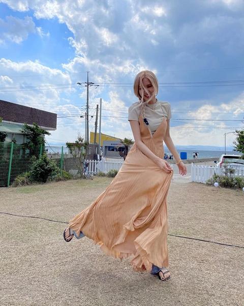 Фото №4 - Как носить платье с джинсами и футболкой: показывает Розэ из BLACKPINK